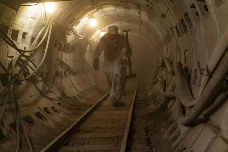 Bányászok dolgoznak a csernobili katasztrófa után az erőmű alatt