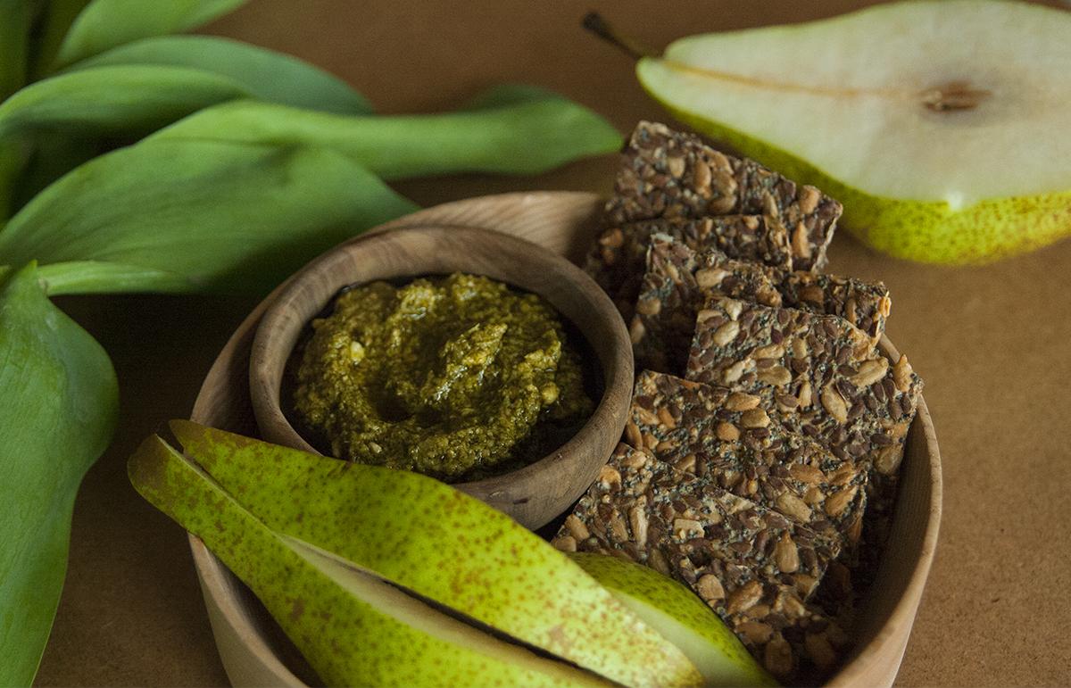 A szezon legegészségesebb nasija: Medvehagymás pesto gluténmentes krékerrel (recept)