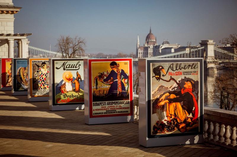 Mesél az utca: Különleges plakátkiállítás nyílt a Várkert Bazár panorámateraszán