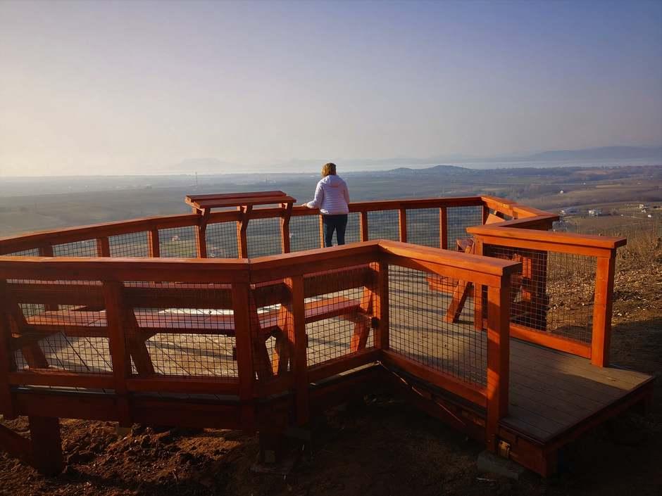 Új panorámateraszról élvezhetjük a csodás balatoni kilátást Balatonlelle közelében