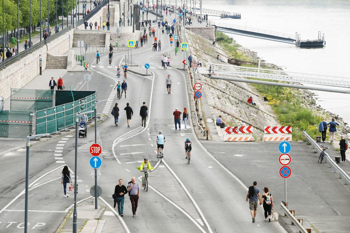 Holnaptól ismét a gyalogosoké és kerékpárosoké a pesti alsó rakpart