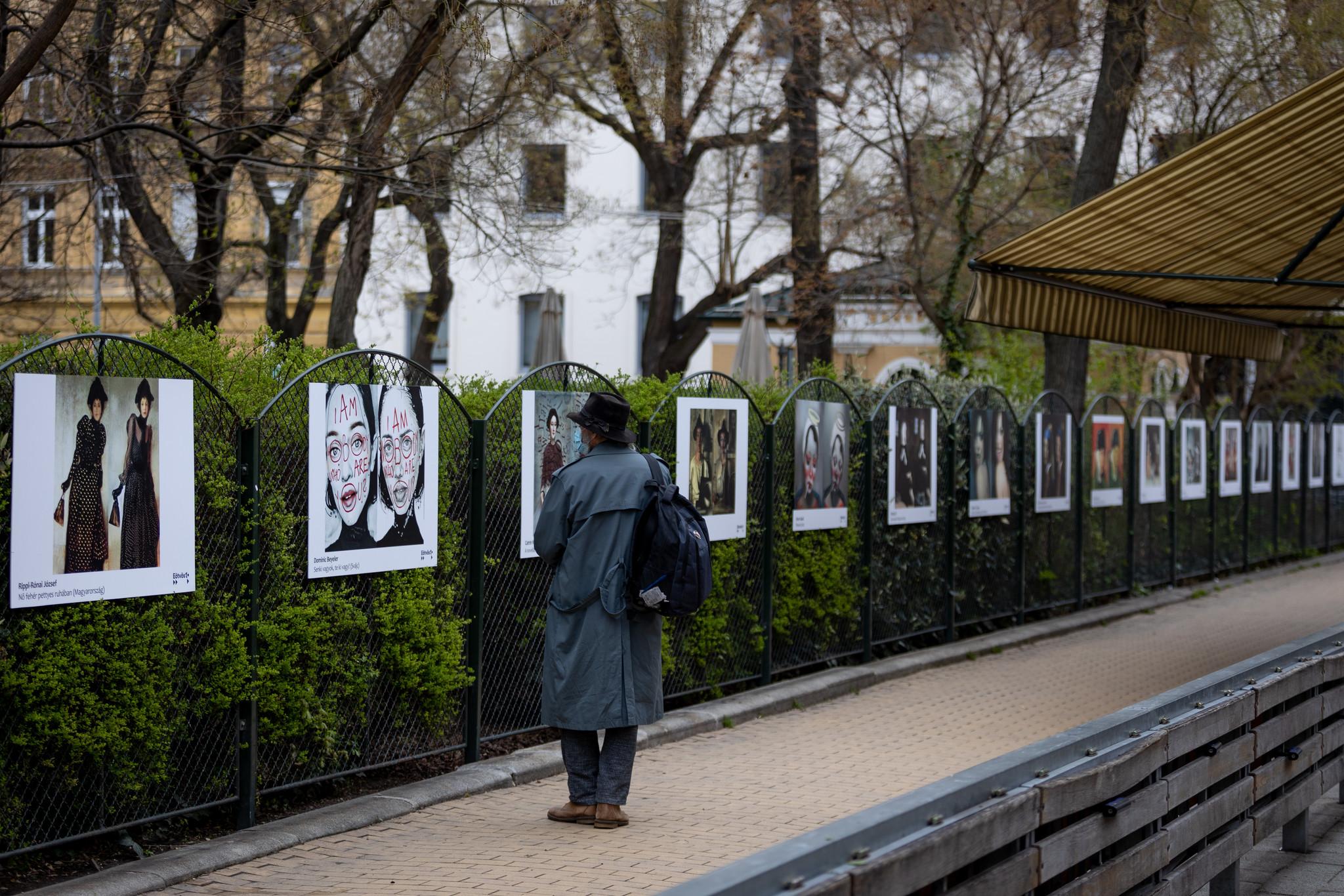 Karantén ihlette újragondolt festményekből nyílt szabadtéri tárlat a Hunyadi téren