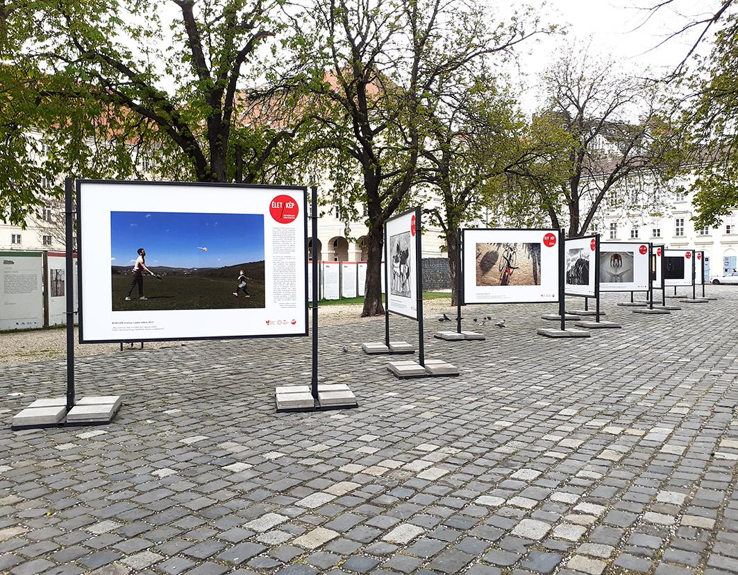 Hétköznapi történetek elevenednek meg a Budapest FotóFesztivál köztéri kiállításán