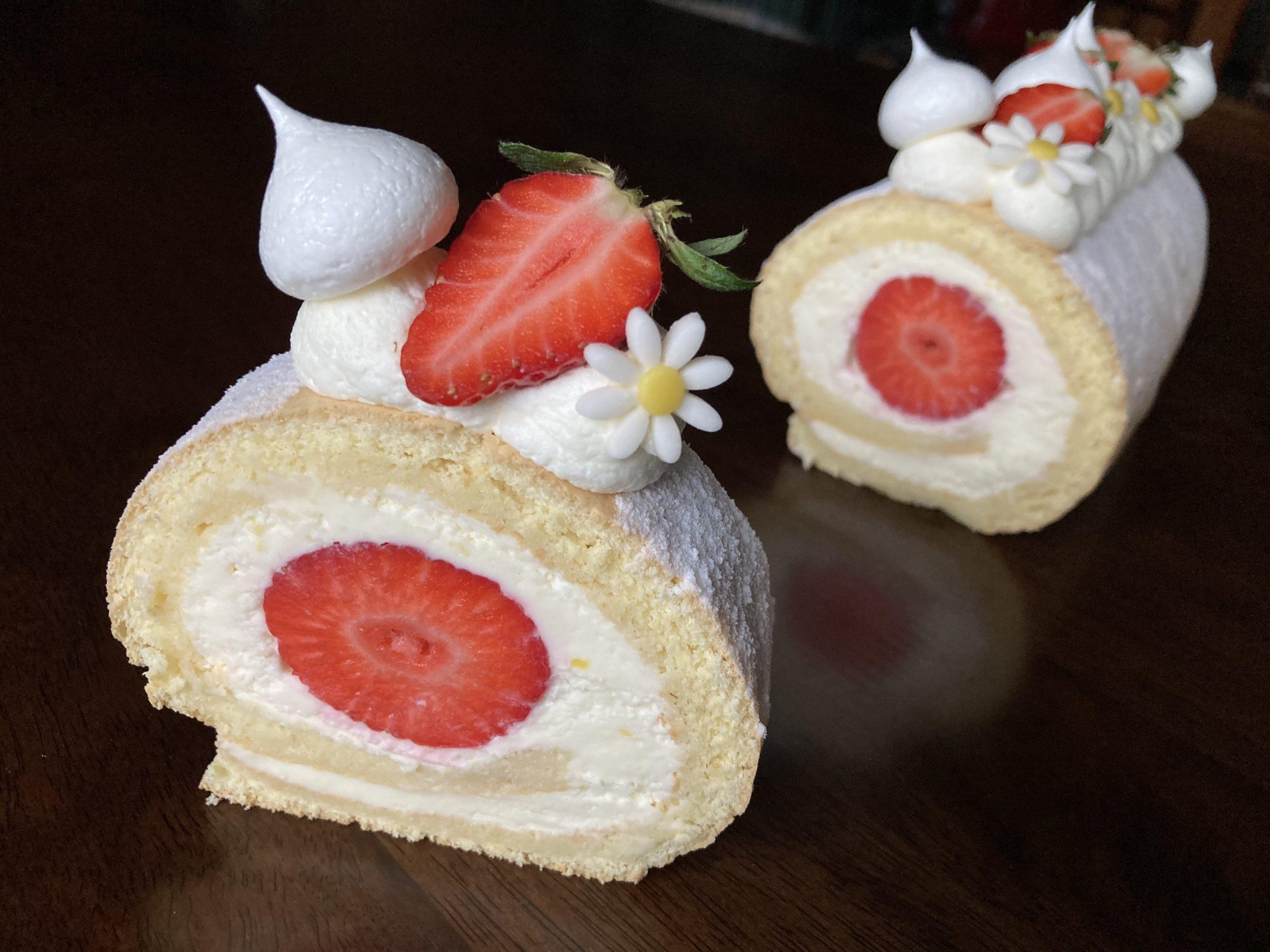 A legfinomabb szezonális sütemény: Gyors és egyszerű epres-mascarponés rolád (recept)
