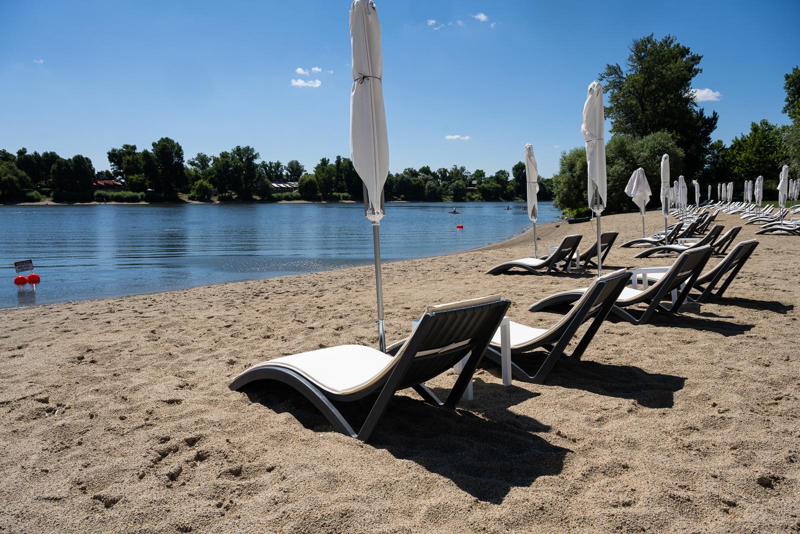 Tengerparti hangulatot idéz Budapest első szabadvízi strandja, a SHO Beach