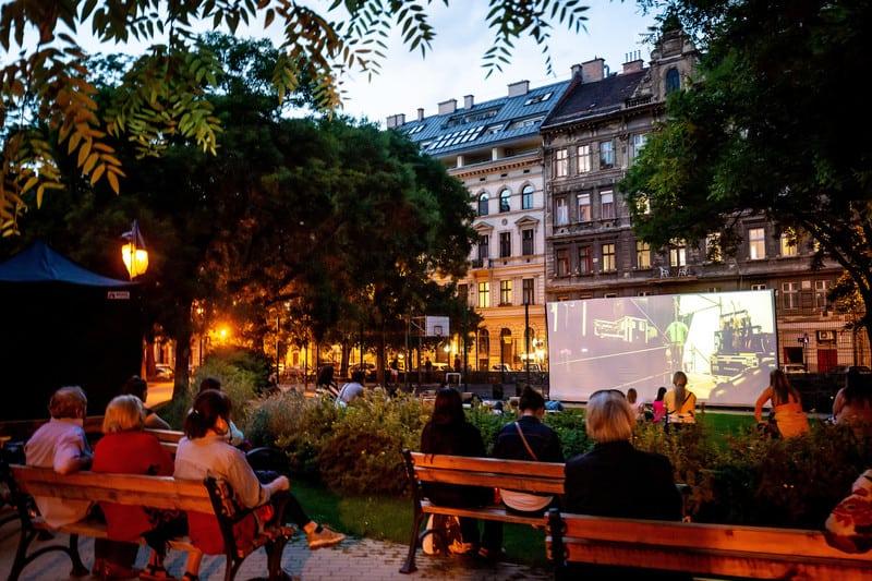 Szombatonként ingyenes filmvetítésekkel vár a Hunyadi téri Kertmozi