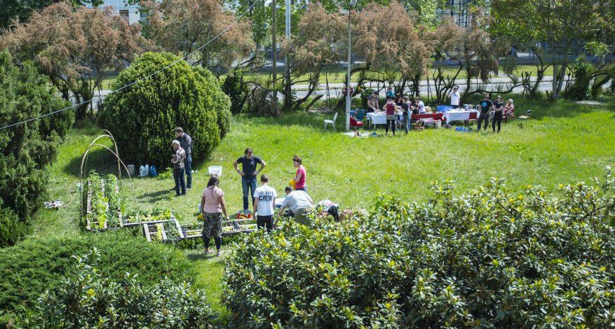 Biciklis önkéntesek építettek szabadidőparkot a hajléktalan embereknek a IX. kerületben