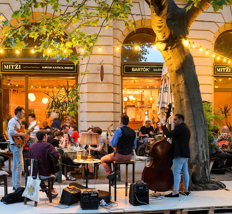 5 hangulatos kávézó, ahonnan mindig más arcát mutatja az őszi Bartók Béla Boulevard